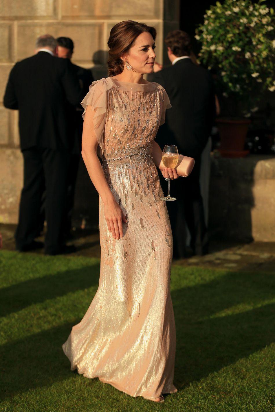 Kate Middleton, superbe dans sa robe Jenny Packham recouverte de cristaux Swarovski. Une pièce estimée à environ 4 000 euros.