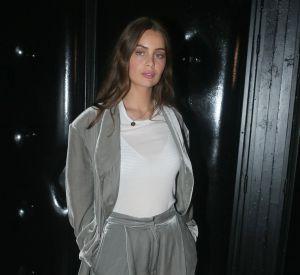 Marie-Ange Casta (la soeur de Laetitia Casta) a fait une apparition remarquée dans un look original composé d'un ensemble ample en panne de velours grise.