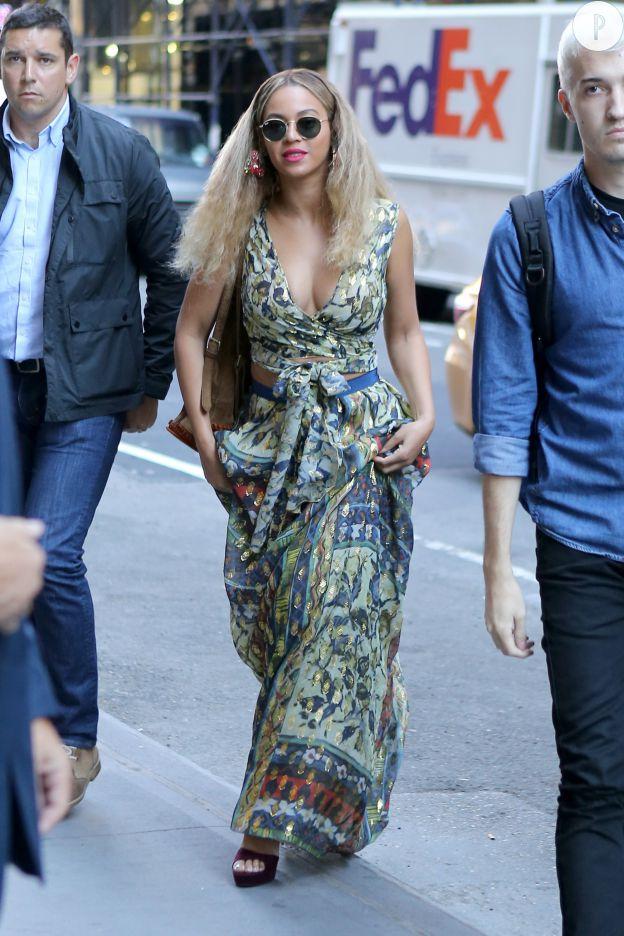 Beyoncé opte pour une robe estivale.