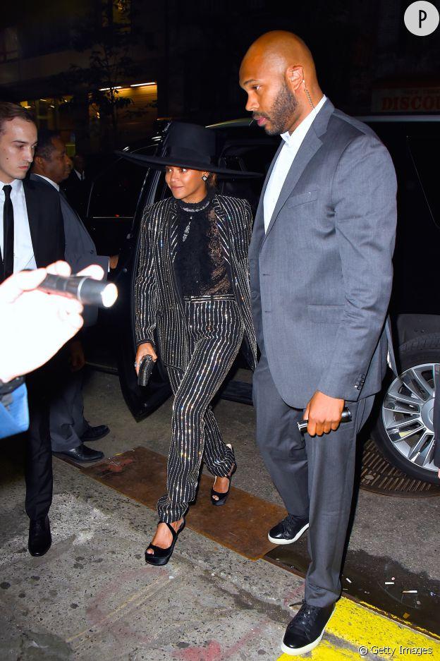 Beyoncé en costume rayé Givenchy aux CFDA Awards.