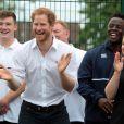 Le prince Harry était plus sexy et décontracté que jamais, en bras de chemise, pour effectuer quelques passes.