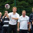 Le rugby n'a aucun secret pour le prince Harry, visiblement à l'aise avec les passes !