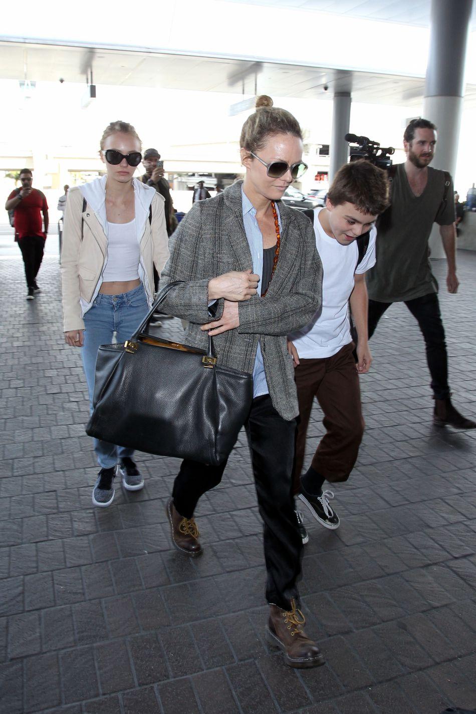 Son ex-femme (Vanessa Paradis), son fils (Jack Depp) et sa fille (Lily-Rose Depp) vont le rejoindre sur l'archipel d'ici peu.