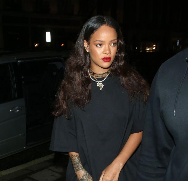 Rihanna dégaine les cuissardes et affiche une allure sexy à Londres.