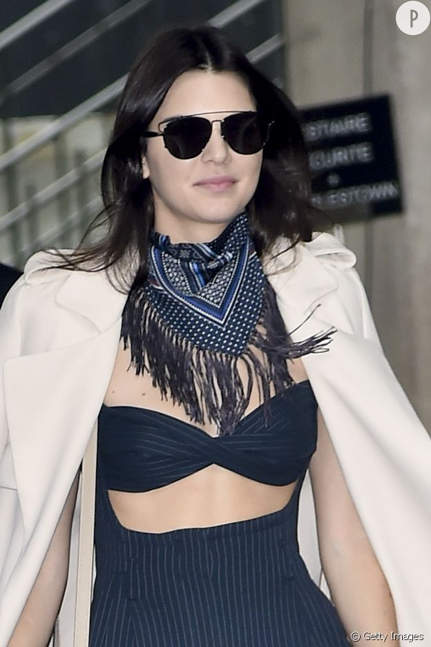 Kendall Jenner porte un foulard avec une brassière.