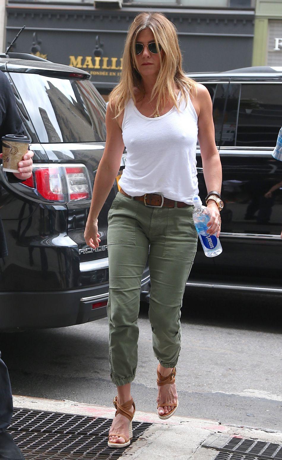 Jennifer Aniston enceinte ? Elle ne porte plus que des tops amples.