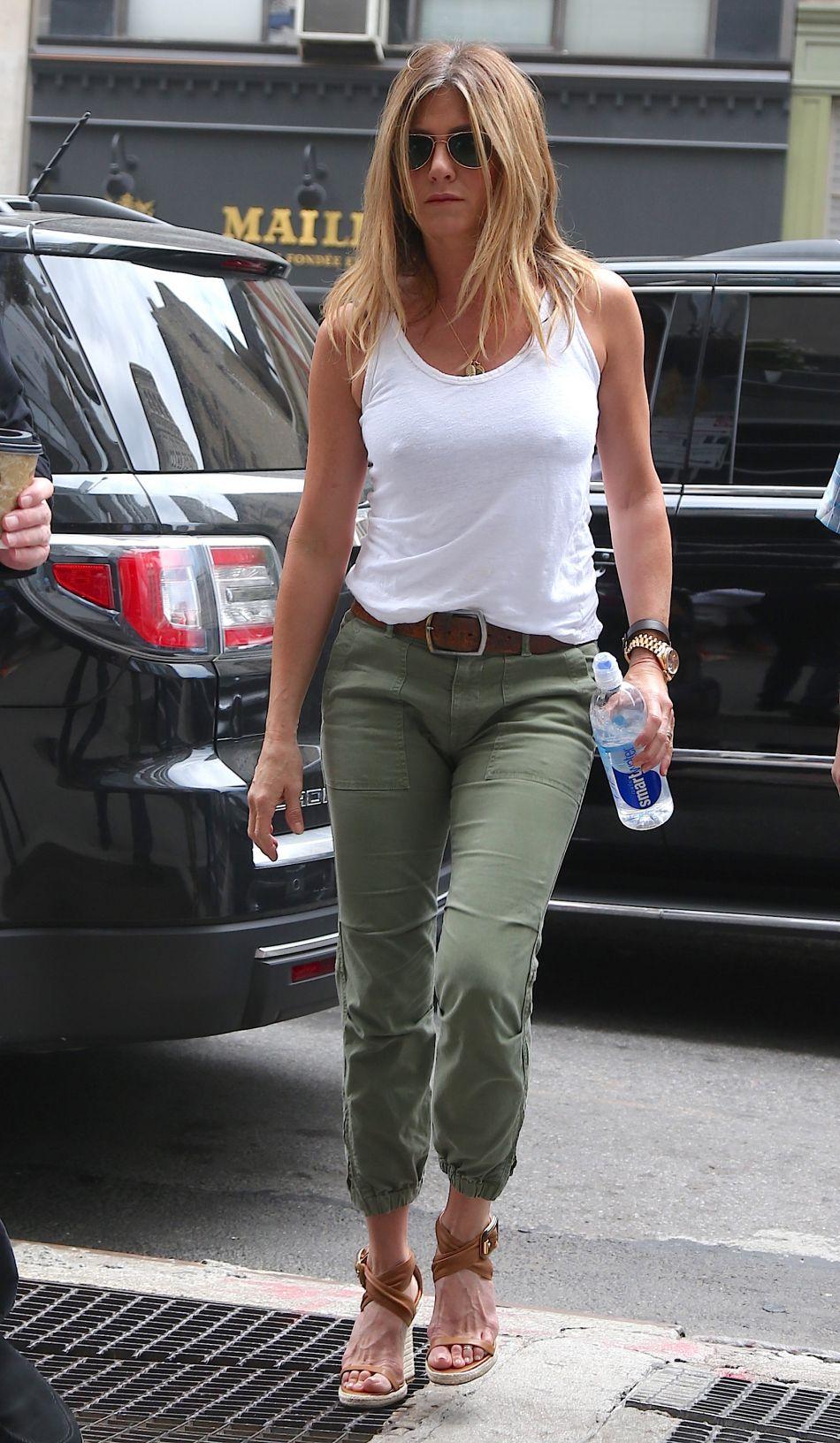 Jennifer Aniston a dévoilé un ventre rond sur une planche de surf aux bahamas...