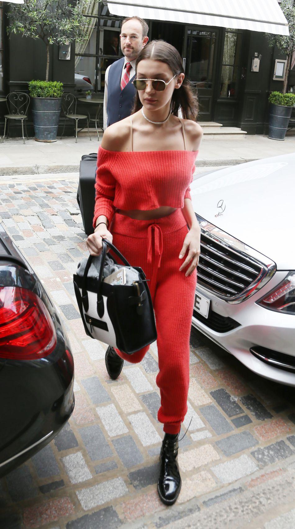 Bella Hadid : la petite soeur de Gigi porte une tenue casual pour prendre l'avion.