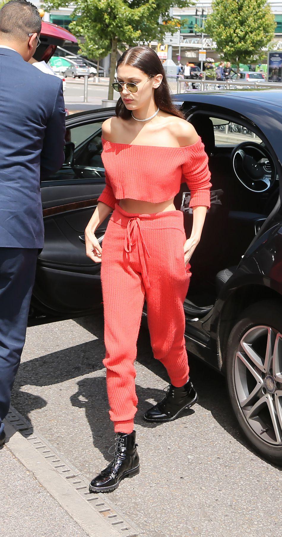Bella Hadid porte des bottes vernis de la collection automne-hiver 2016 de  Dior .