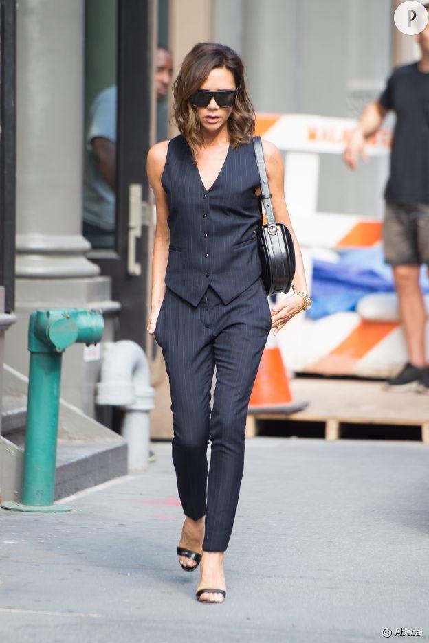 Dans une combinaison de sa marque, Victoria Beckham est plus élégante que jamais.