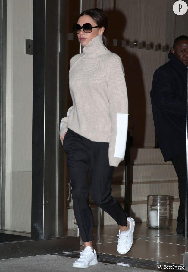 Pull orné d'un détail sur la manche et baskets aux pieds, le normcore façon Victoria Beckham nous séduit.