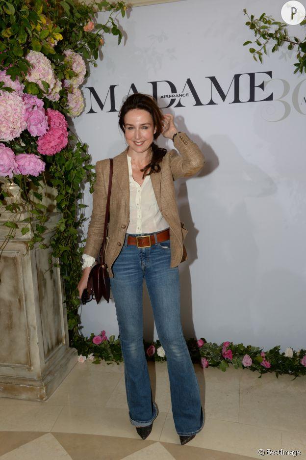 L'épouse de Manuel Valls mixe jean slim, top loose et blazer trois quarts, un look passe partout mais sans faute