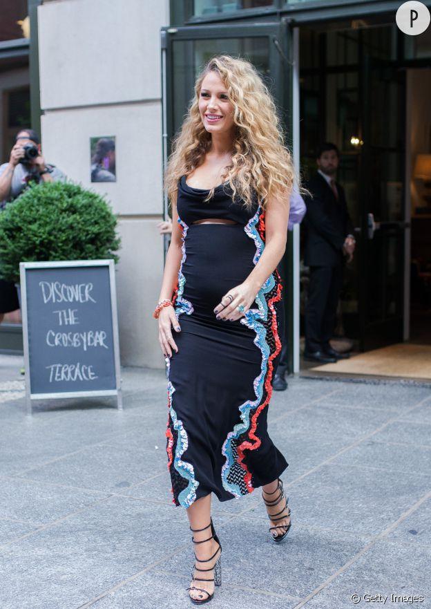Blake Lively porte une robe Versace sublime.