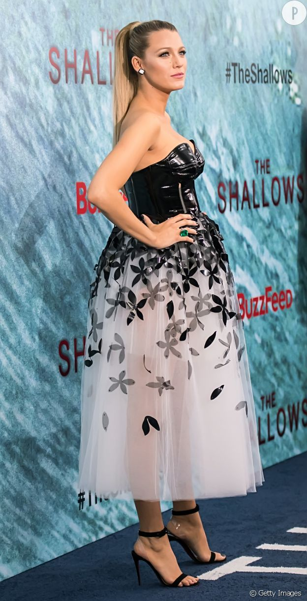 "Blake Lively porte une robe Carolina Herrera à la première de ""The Shallows"" à New York."