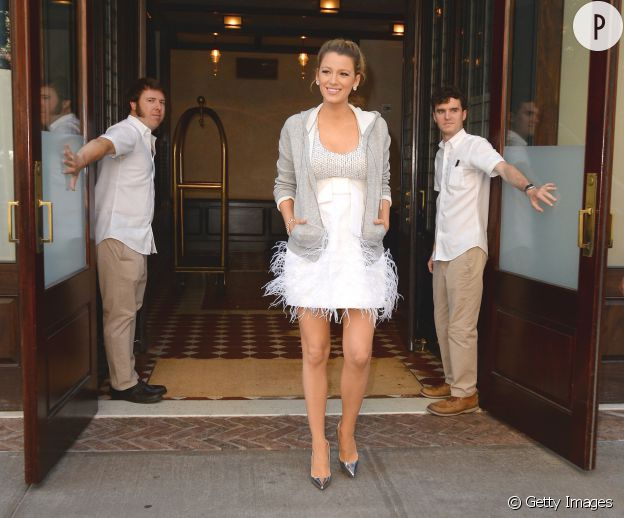 Avec sa petite robe blanche Michael Kors, l'actrice est très jolie.