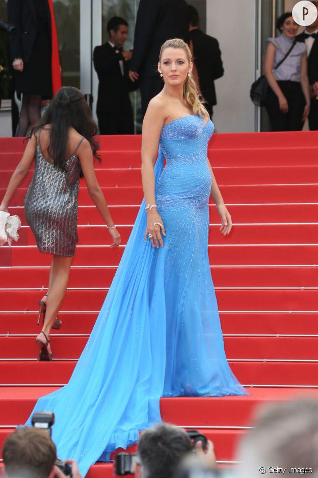 Dans cette robe bleue Atelier Versace, Blake Lively a fait le show à Cannes.