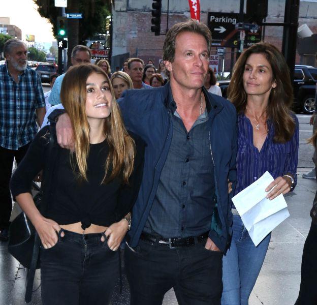 Kaia Gerber sort encore avec ses parents.
