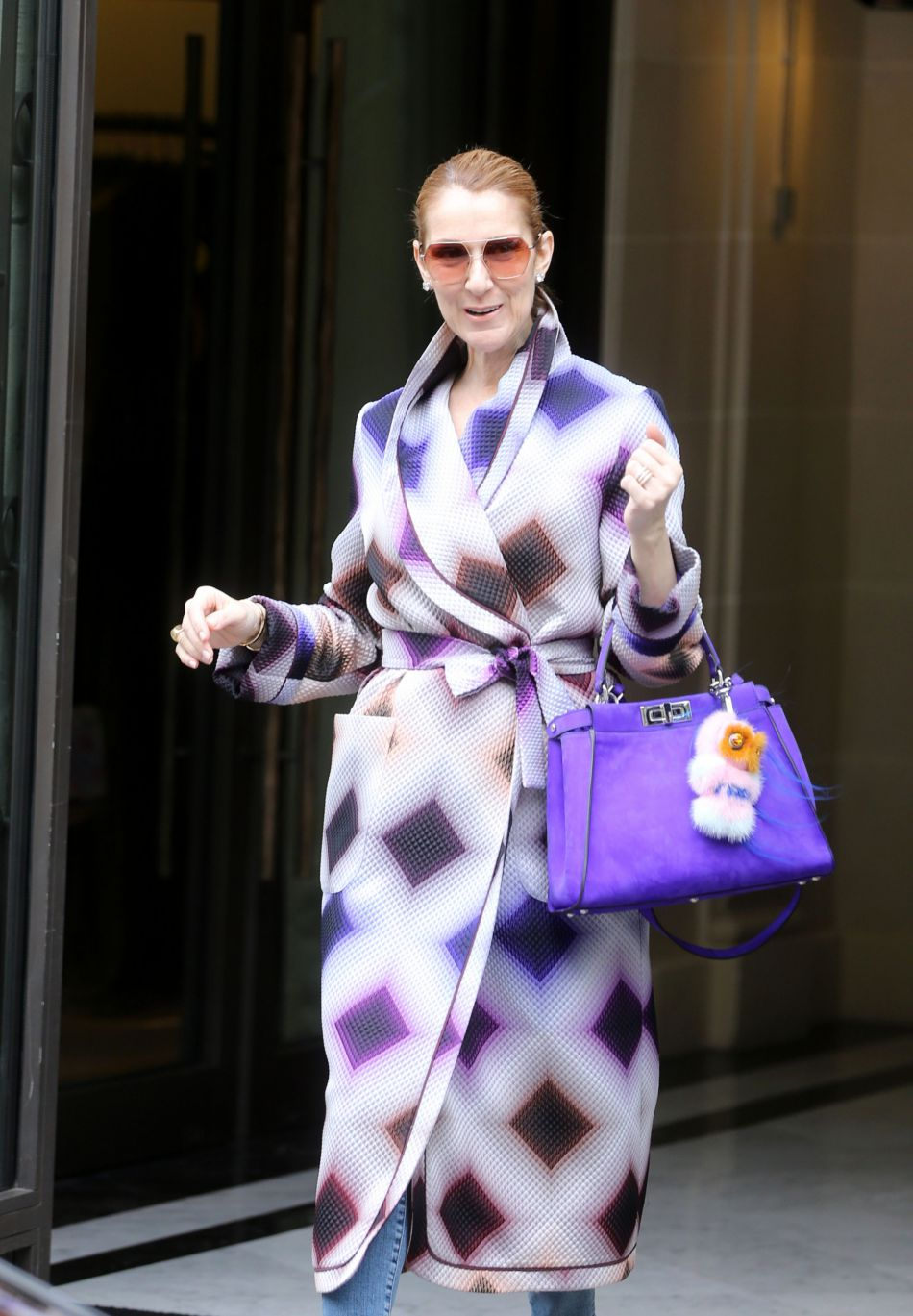 a continua Coat The Parade Fendi Celine Dion Graphic And Bag 4wxqnzB8