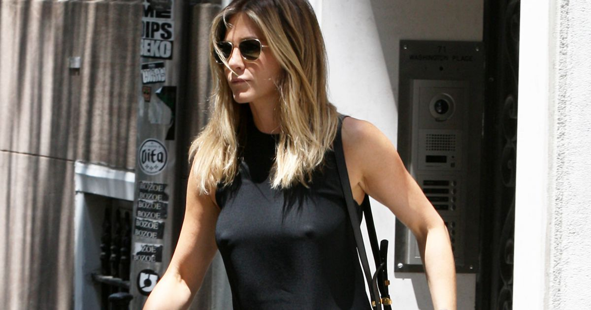 jennifer aniston en robe l g re sans soutien gorge elle d tourne l 39 attention puretrend. Black Bedroom Furniture Sets. Home Design Ideas