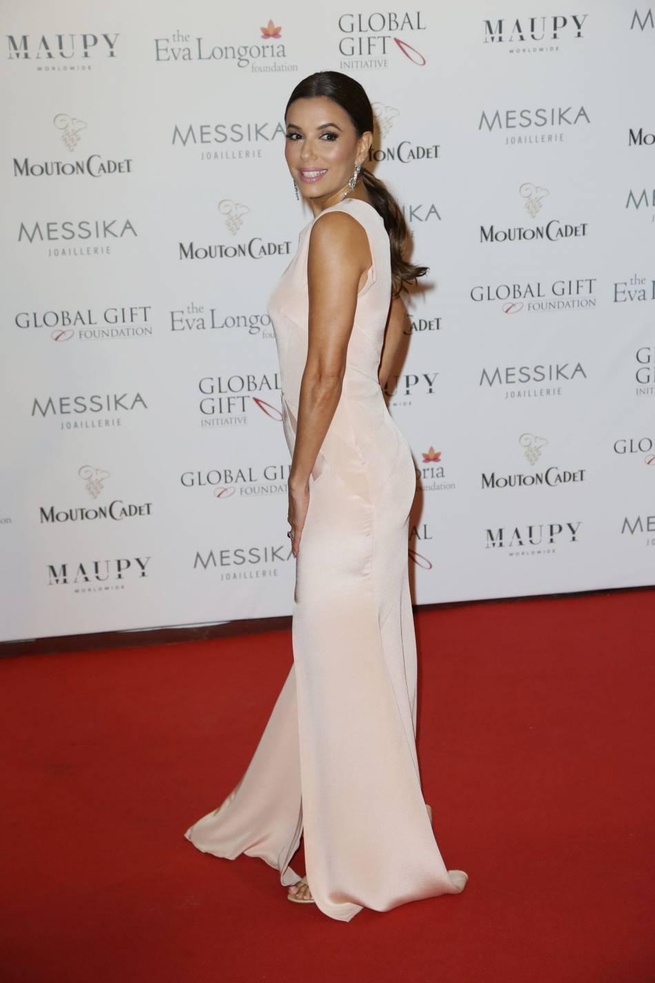 Eva Longoria reçoit la reconnaissance éternelle en intégrant les étoiles du Walk of Fame d'Hollywood.