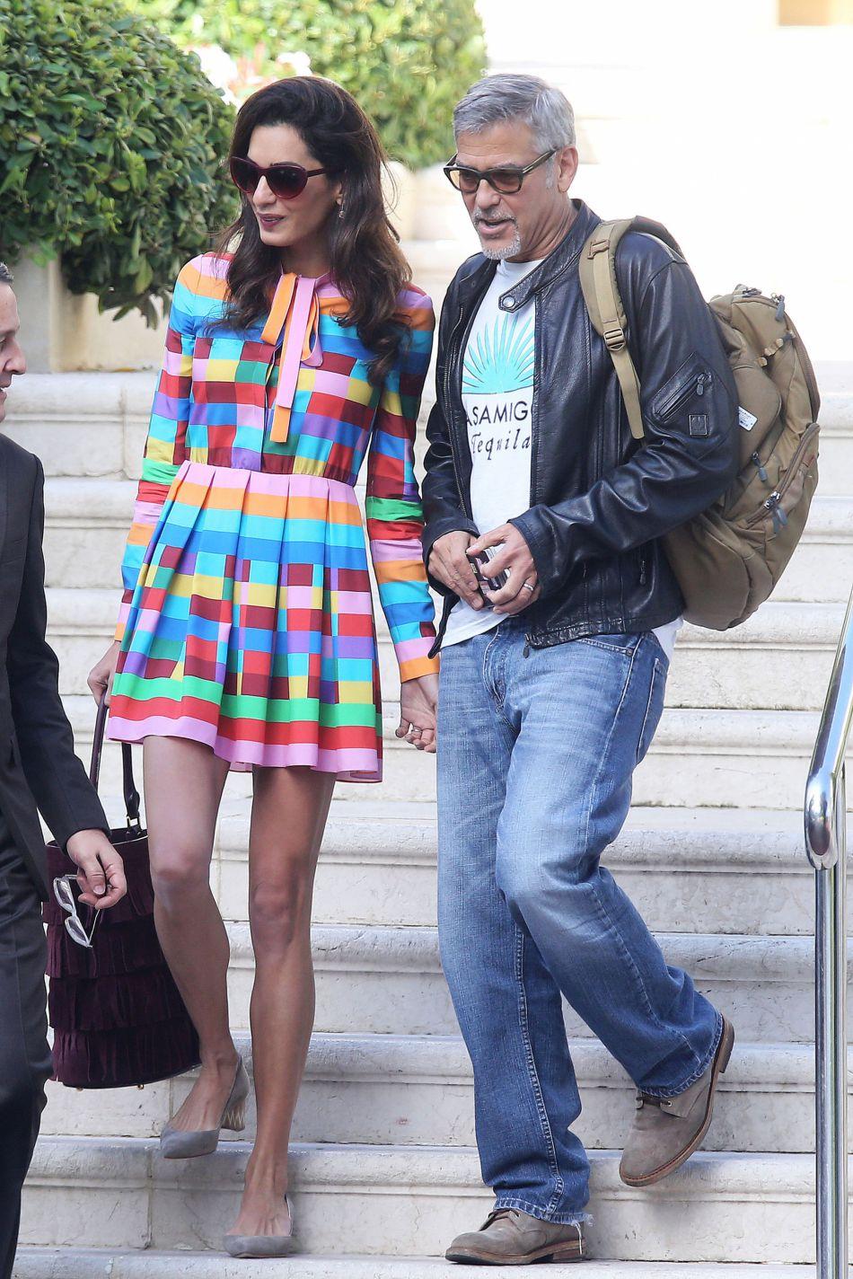 Dans sa robe colorée Valentino, Amal est plus girly que jamais.