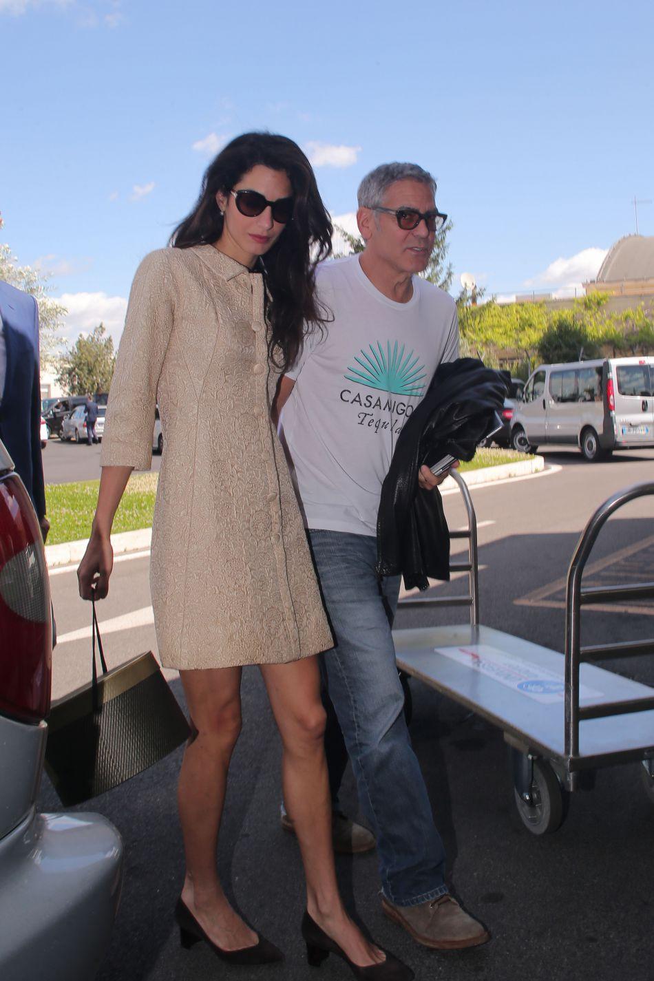 Les lunettes de soleil XXL sont un emblème du look d'Amal Clooney, et de Jackie Kennedy aussi.