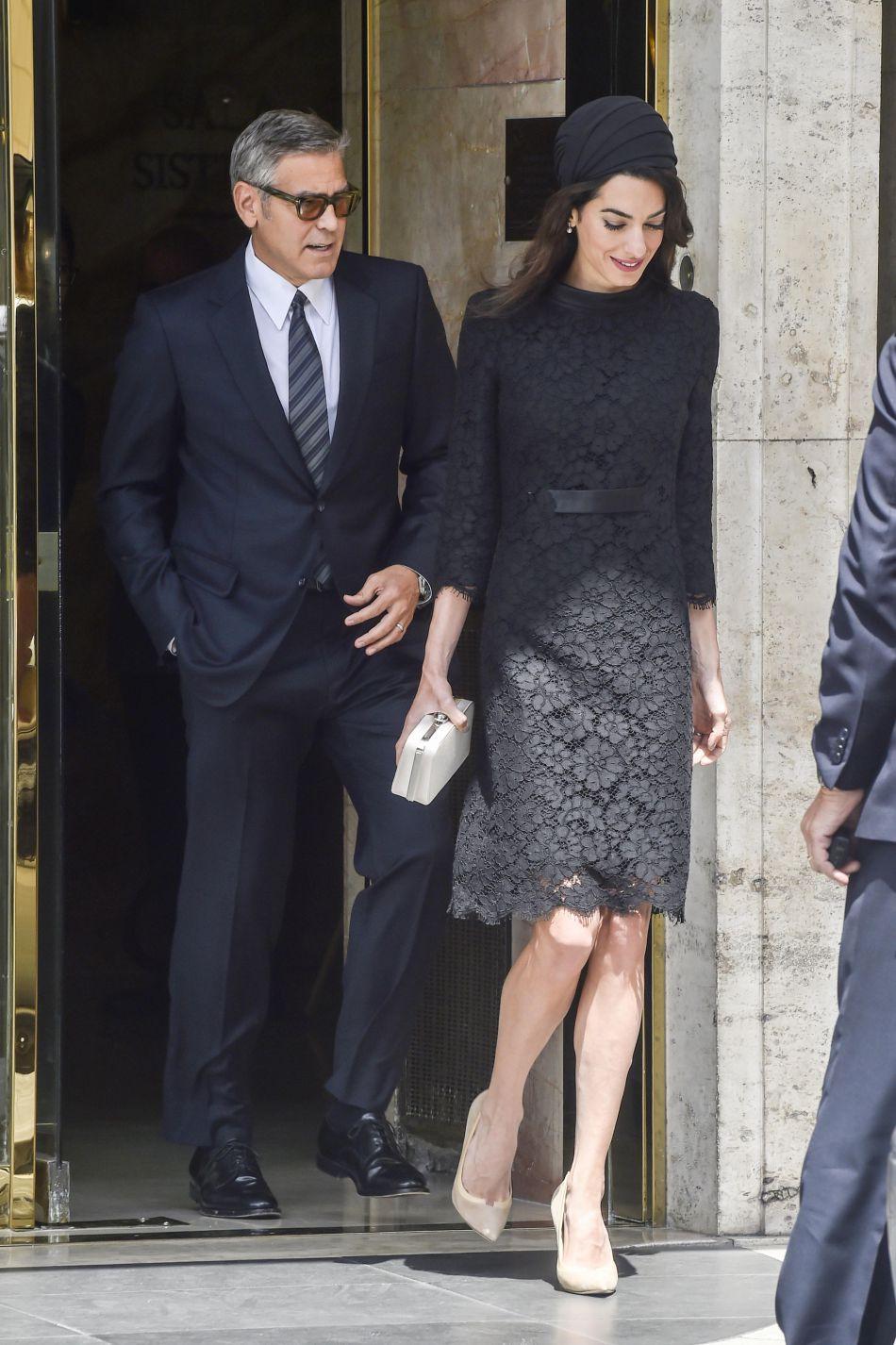 Look tout en dentelle, Amal Clooney opte pour un look particulièrement sobre et efficace.