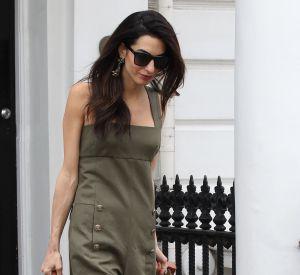 En combinaison kaki et sandales ouvertes, Amal Clooney fait preuve de modernisme et de précision.