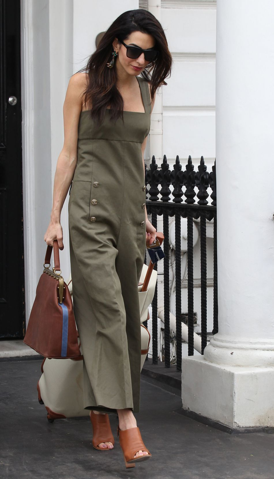 en combinaison kaki et sandales ouvertes amal clooney fait preuve de modernisme et de pr cision. Black Bedroom Furniture Sets. Home Design Ideas