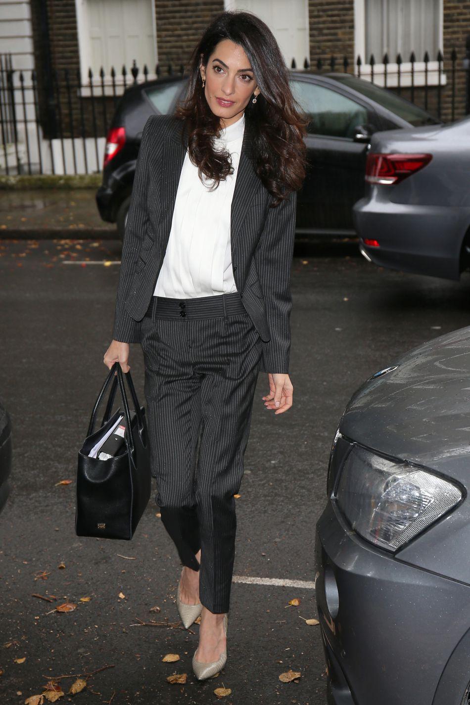 Le look de businessgirl, Amal Clooney le maitrise aussi à la perfection.