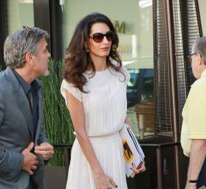 En petite robe blanche plissée, Amal joue la carte de l'élégance en toute simplicité.