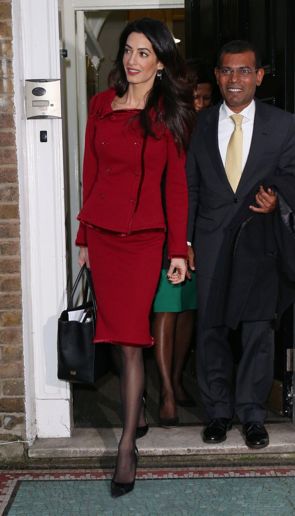 Avec son sac Dolce & Gabbana et ses chaussures Ferragamo, Amal Alamuddin est une businessgirl très chic.