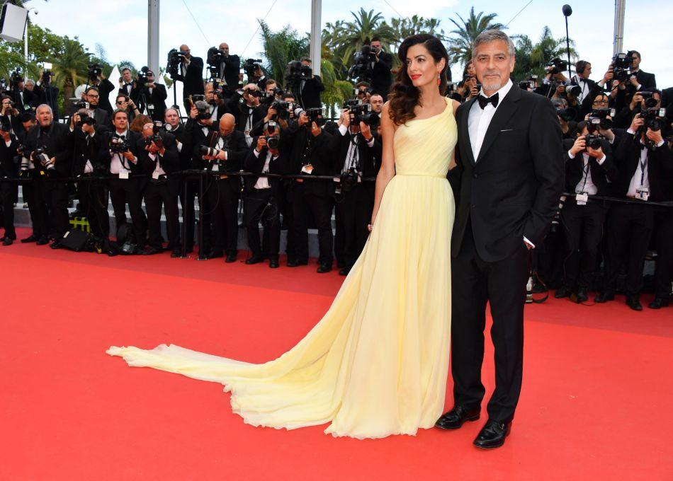 Dans sa robe Atelier Versace, Amal a fait sensation à Cannes.
