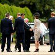 Kate Middleton, ravissante en robe en dentelle beige pour sa visite en France.