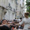 Ses fans français sont nombreux jour après jour à vouloir l'apercevoir à la sortie de son hôtel.