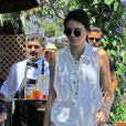 Kendall Jenner illumine son teint d'un coup de blush bronzé et maquille ses lèvres d'une teinte rose pâle.