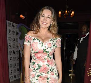 Kelly Brook en robe fleurie arrive à la soirée Tropical Paradise à Londres le 2 juin 2016.