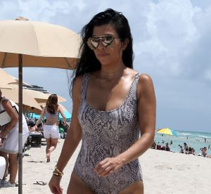 Kourtney Kardashian : booty galbé et maillot python, une maman très hot à Miami