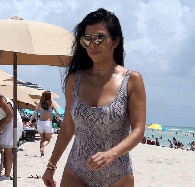 Kourtney Kardashian en maillot de bain python à Miami.