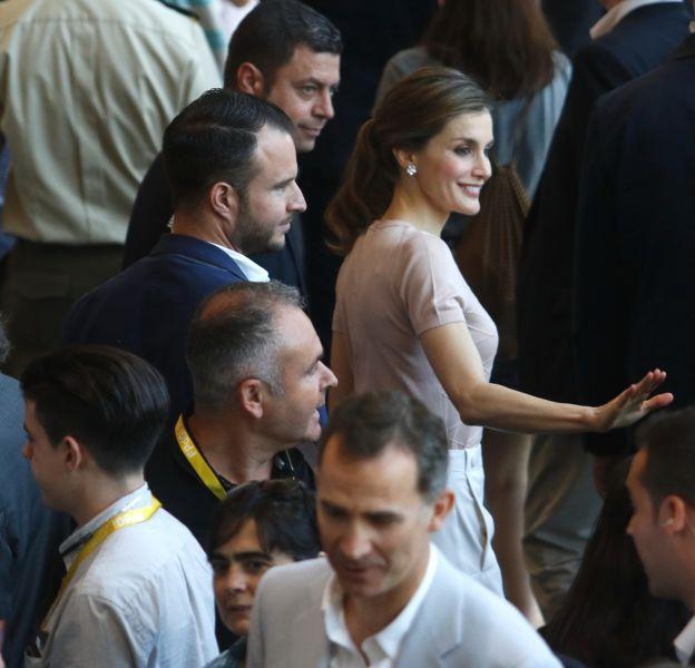 La reine Letizia d'Espagne joue la carte chic avec un pantalon blanc.
