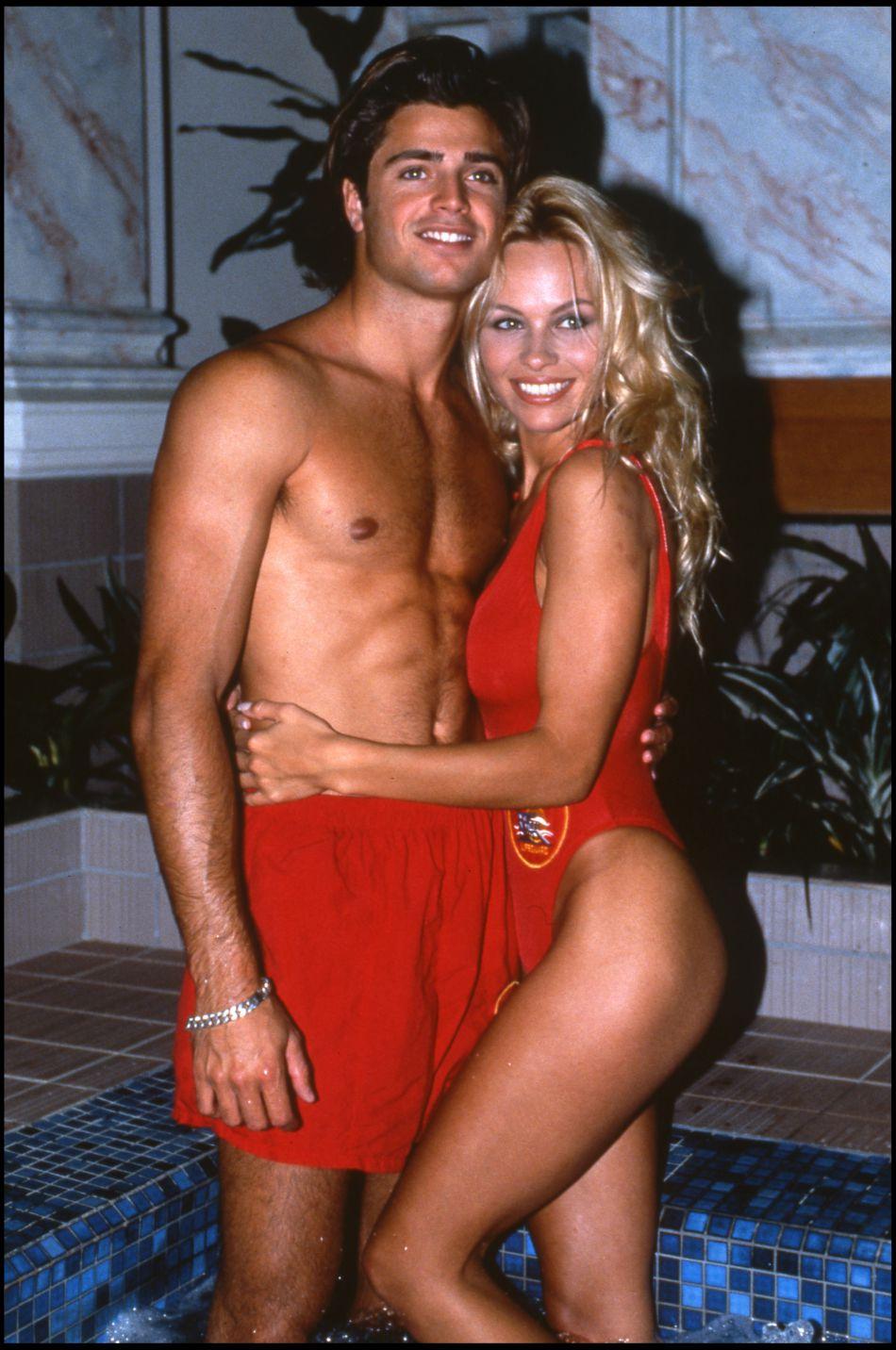"""David Charvet et Pamela Anderson à l'époque de """"Baywatch""""."""