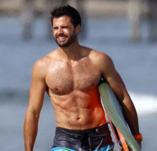 """David Charvet a beau avoir pris sa retraite du petit écran, il affiche les mêmes abdos que Matt Brody dans """"Alerte à Malibu""""."""