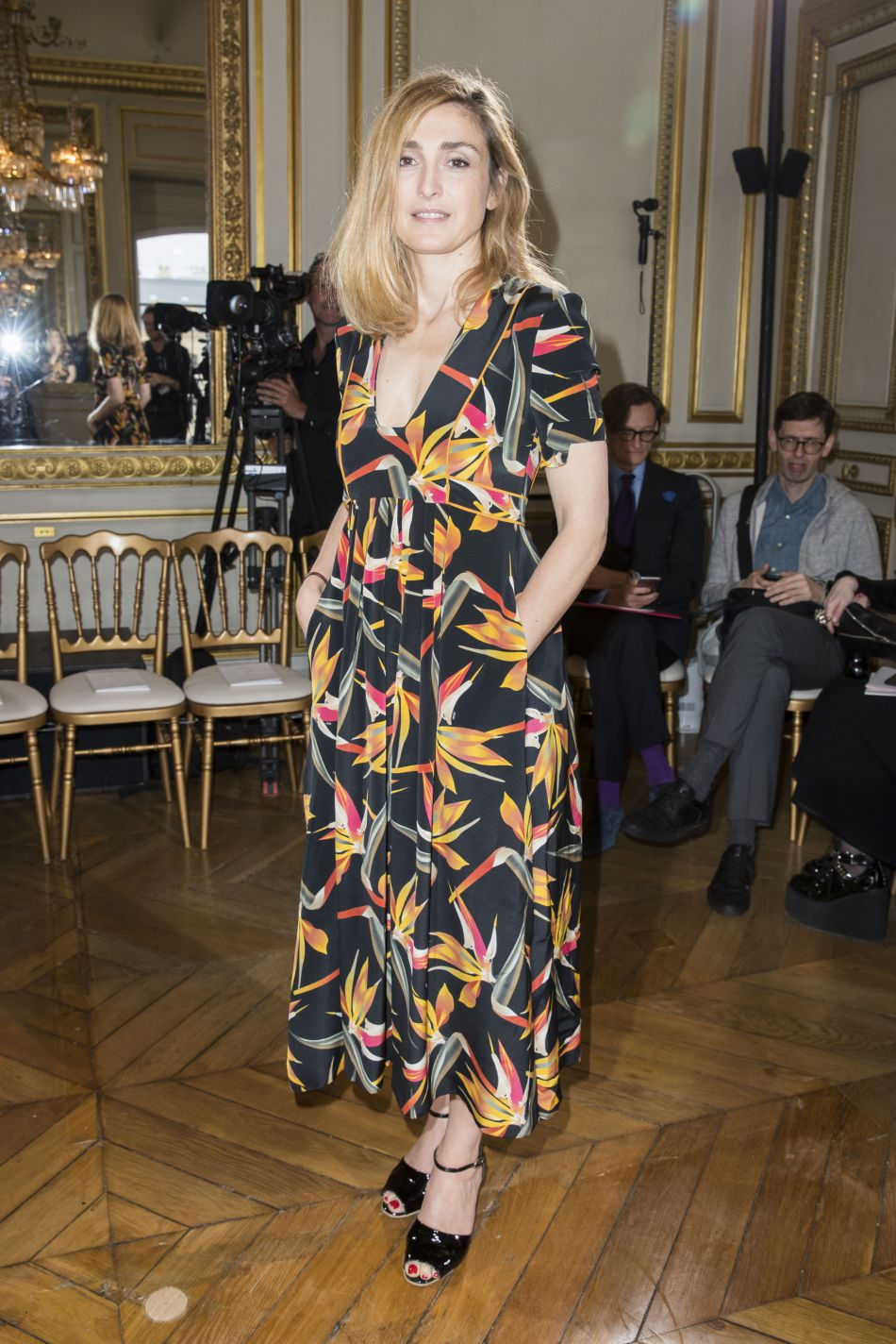 Julie Gayet dans une robe fleurie et estivale, lors de la Fashion Week Haute Couture automne-hiver 2016/2017 à Paris, le 4 juillet 2016.