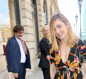 Julie Gayet a fait revenir l'été à Paris grâce à une robe fleurie et colorée.