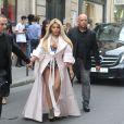 Lil Kim arrivant en guêpière et manteau rose aux airs de peignoire au défilé Ralph & Russo lors de cette semaine de la couture à Paris.