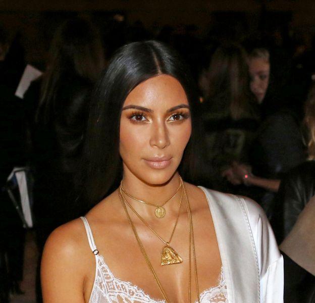 Kim Kardashian en dentelles et soie blanche au défilé Givenchy, collection prêt-à-porter Printemps-Eté 2017 lors de la Fashion Week de Paris le 2 octobre 2016.