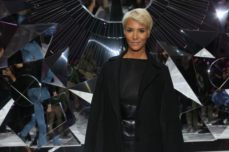 Shy'm et sa nouvelle coupe de cheveux au défilé de mode Shiatzy Chen collection prêt-à-porter Printemps-Eté 2017 lors de la Fashion Week à Paris, le 4 octobre 2016.
