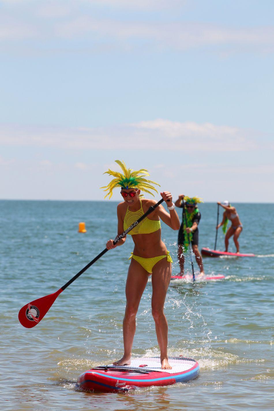 L'été a été sportive pour la jeune femme ici sur un paddle !