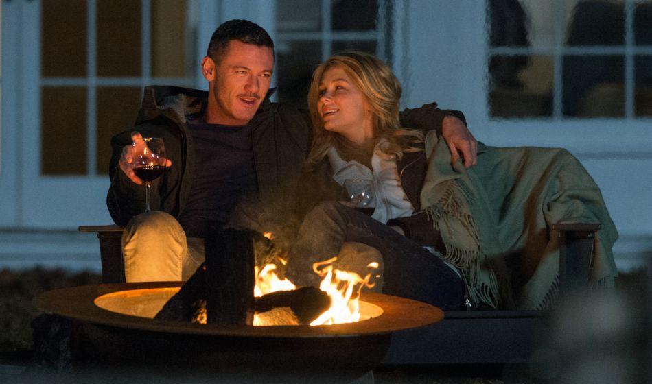Rêvant à une vie meilleure, elle fantasme sur l'existence de Scott (Luke Evans) et Megan (Haley Bennett).