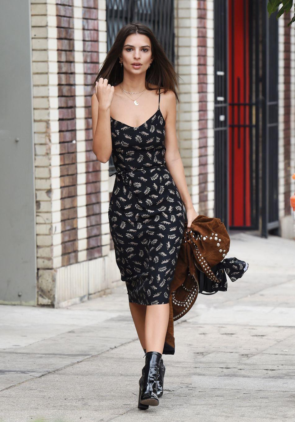 Emily Ratajkowski très sexy dans sa robe fleurie.